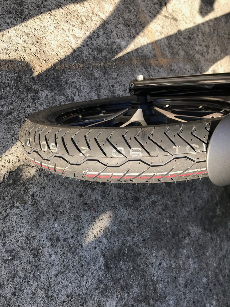交換後のボルトのフロントタイヤ