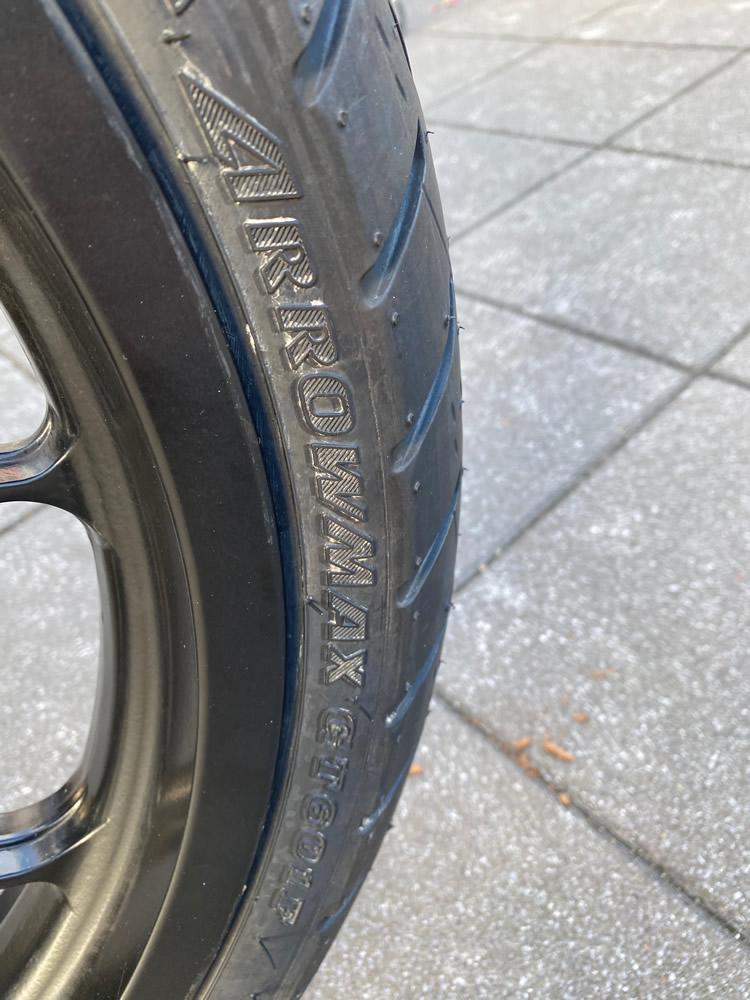 フロントタイヤの銘柄表示